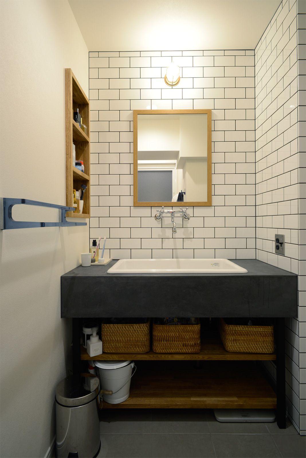 モルタルの洗面台に 実験用シンクの組み合わせ 黒い目地を入れた