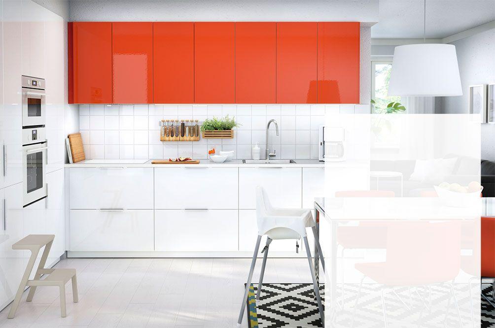 Turbo Une cuisine complète aux portes et tiroirs blanc brillant RINGHULT  PX22