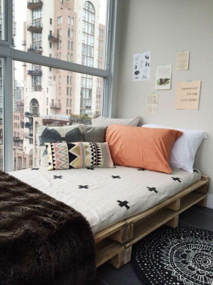 kleines-Zimmer-Europaletten-Bett-Bettwäsche-Boho-Stil-viele-Kissen - mobel fur kleine wohnzimmer