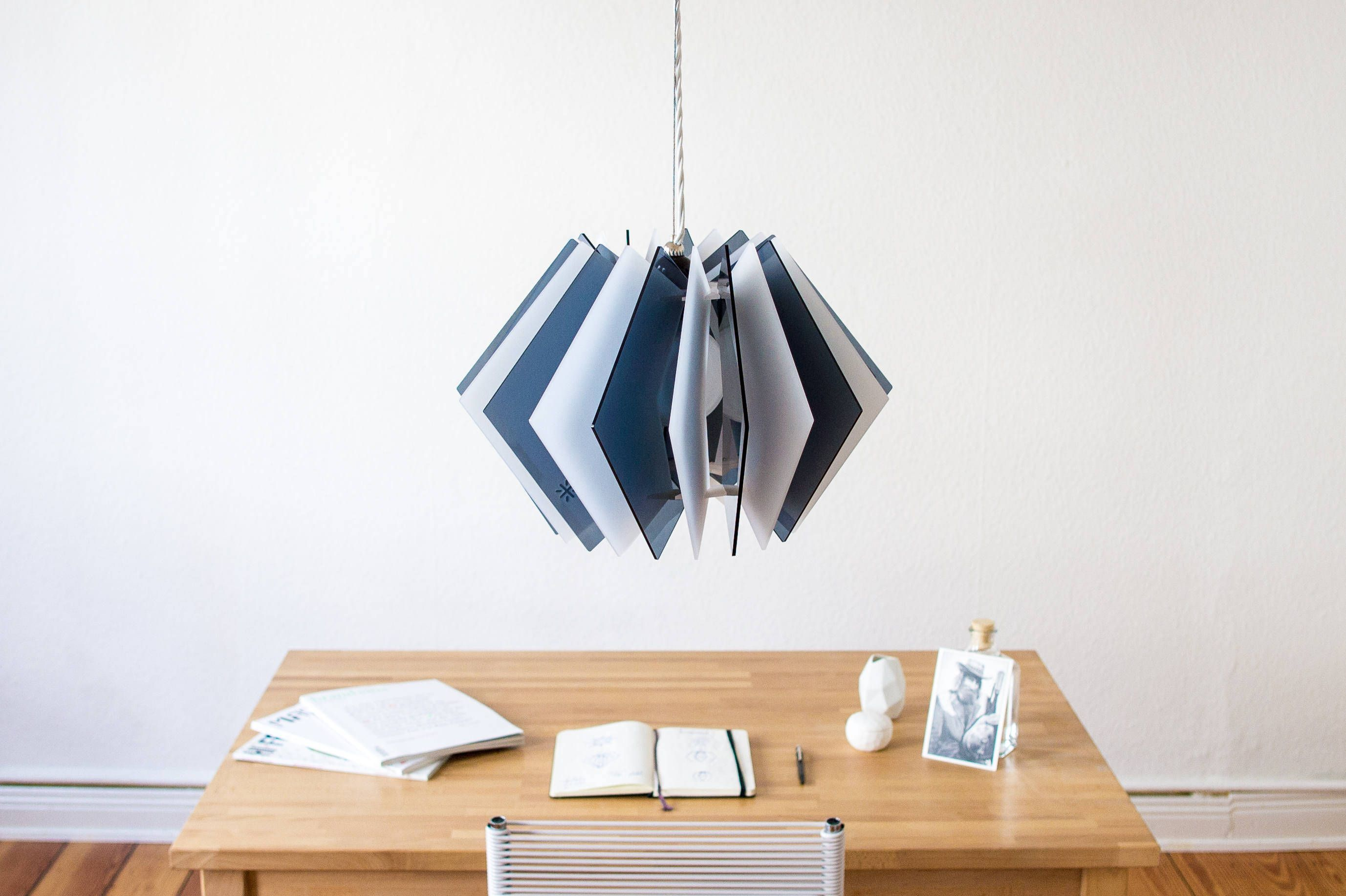 Die L16 Lampen Serie ist eine dekorative und handgefertigte Acrylglas Designer Lampe in moderner Optik für eine stimmungsvolle Beleuchtung in dei…