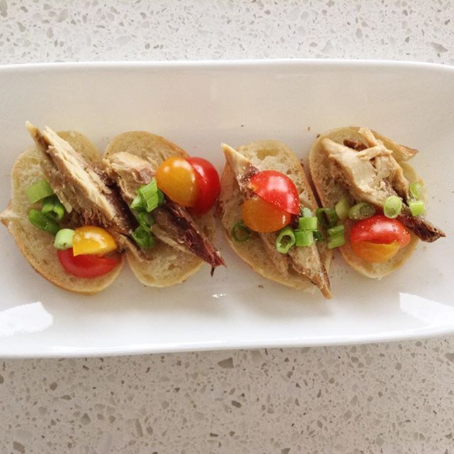 who knew canned mackerel on bread with some tomatoes and