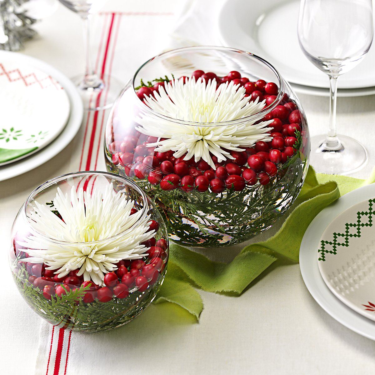 20 Jolly Ways to Decorate Your Table for Christmas
