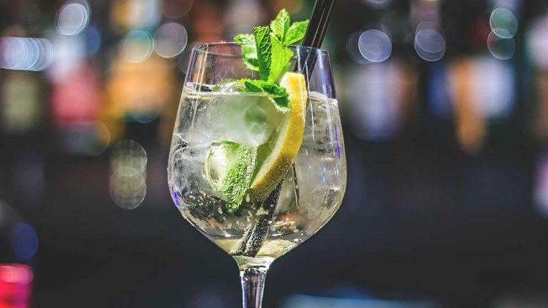 Ricetta Hugo Dosi.Aperitivo Hugo Cocktail Cocktail Con Prosecco Menta E Sciroppo Di Melissa Ricette Cocktail Negroni