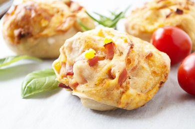 Köstliche Pizzaschnecken pikant passen immer und sind sehr beliebt. Das Rezept wird mit einem Hefeteig zubereitet.