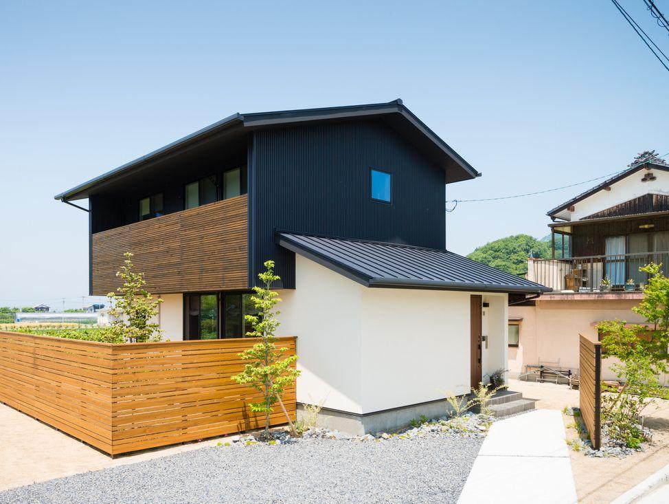 3 10にアップしたお家と同じ 三角屋根と水平ラインの屋根があるお家