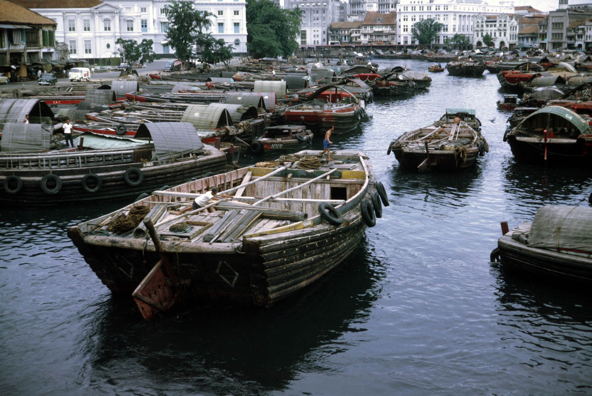 In The Past Singapore River Is Filled With Twakow Ands And Tonangs Which Means Bumboats In Hokkien And Malay Re Singapore Attractions Singapore River Singapore