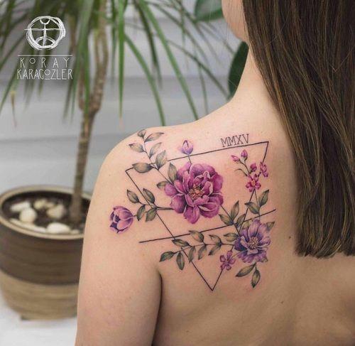 Zu den beliebtesten Tags für dieses Bild zählen: tattoo, flowers und triangle