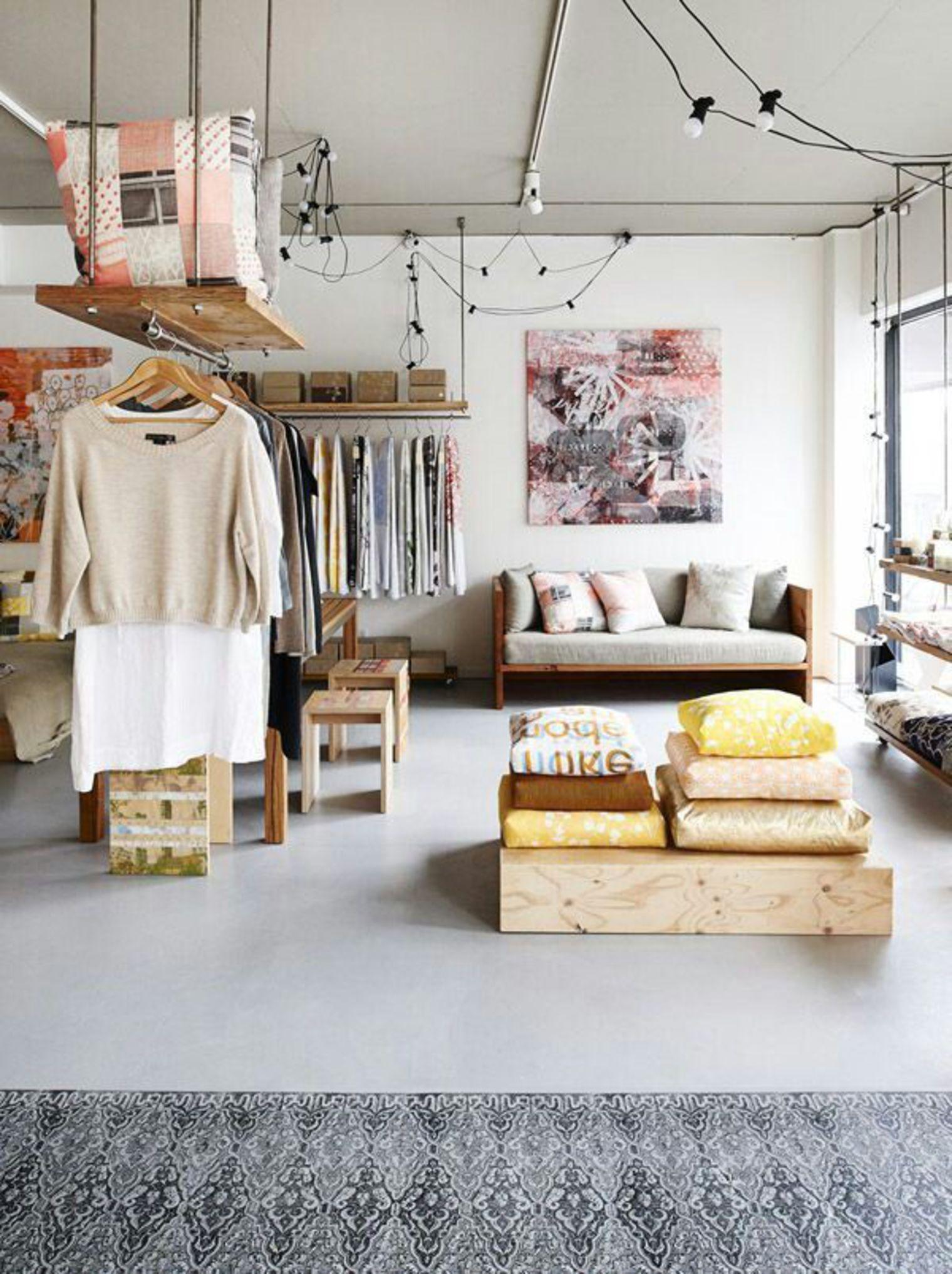 oser la penderie ouverte et suspendue au plafond dans son. Black Bedroom Furniture Sets. Home Design Ideas