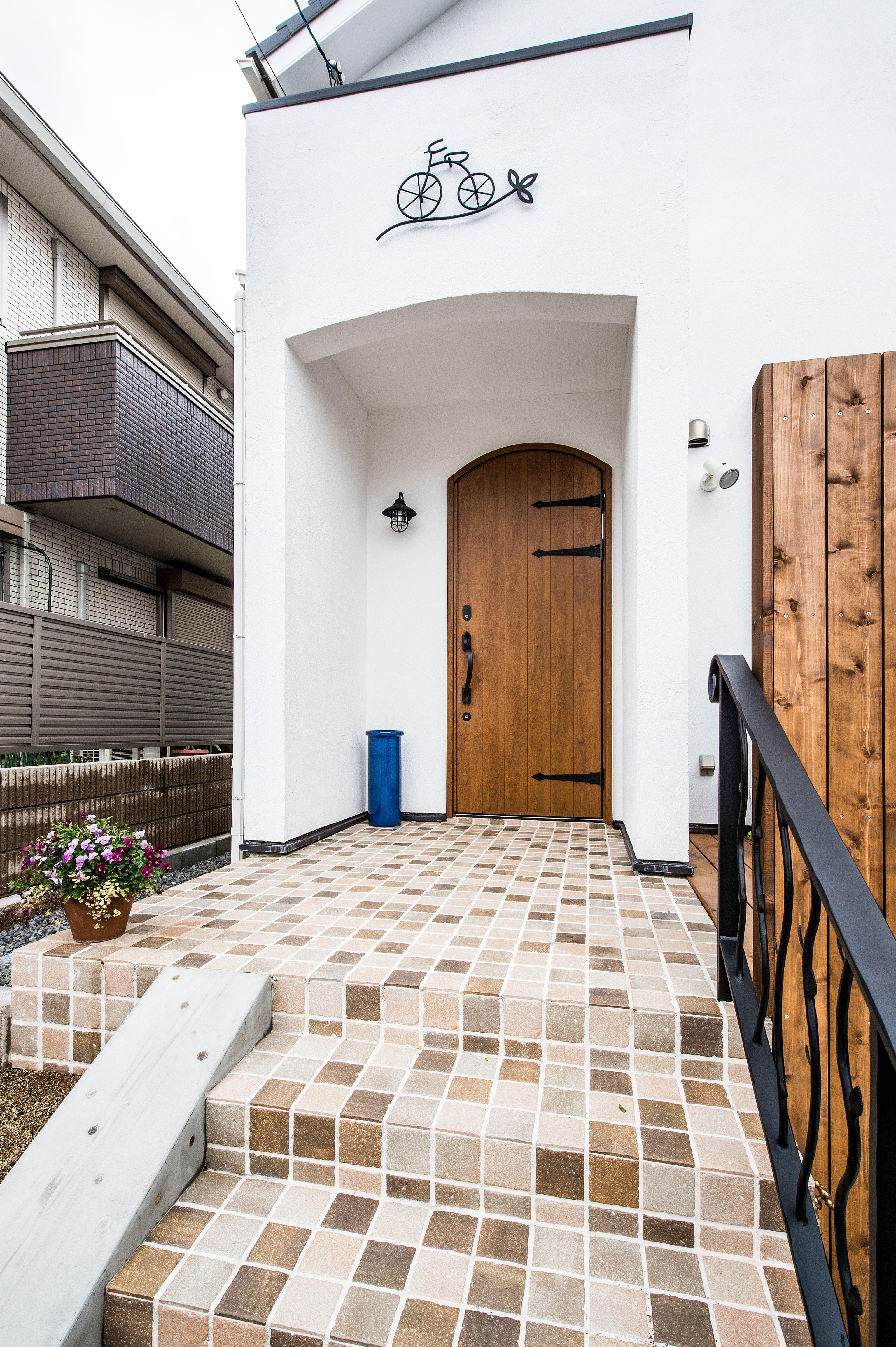 スペースラボ 玄関ポーチタイル かわいい タイル Garage Doors、tile Floor、exterior
