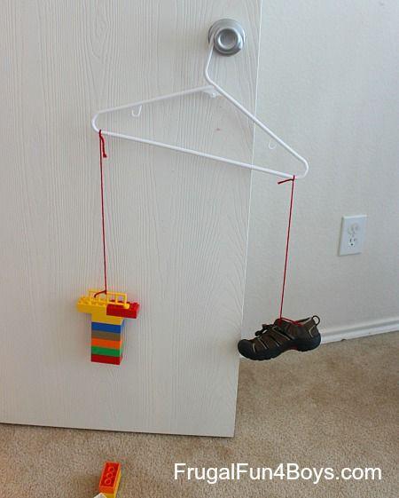 Lego Math:  How many Legos does it weigh? Udfyld et skema med gæt og faktisk antal.