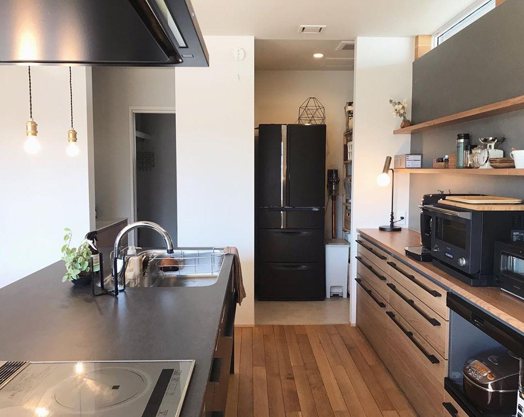 Maki On Instagram キッチンを真横から 冷蔵庫もパントリーに収納 パントリーの床をクッションフロアにしたので お掃除も簡単です マイホーム記録 パントリー パントリー収納 冷蔵庫 キッチン間取り キッチンパントリーのデザイン
