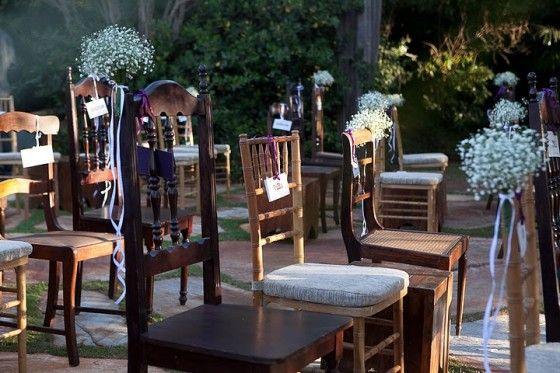 cadeiras bonitinhas e diferentes entre si com flores