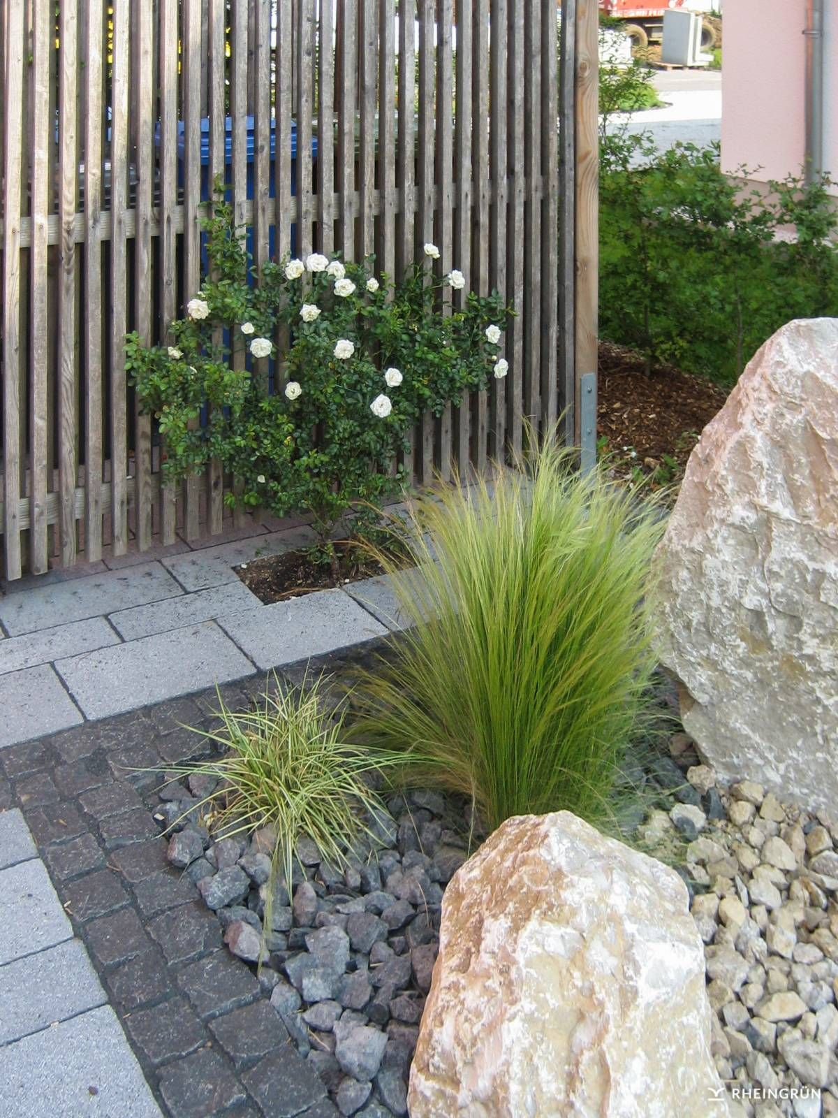 Pflegeleichter Vorgarten mit großen Steinen und Gräsern ...
