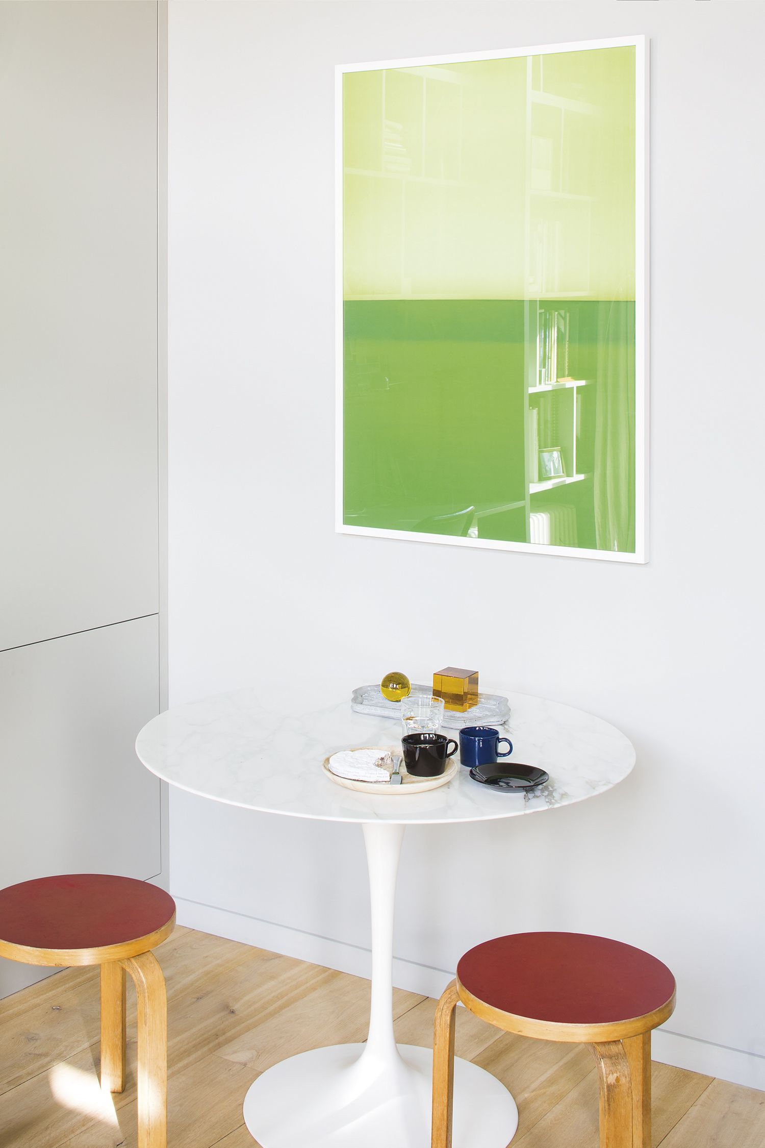 eero saarinen tulip table with white marble top and stool 60 by