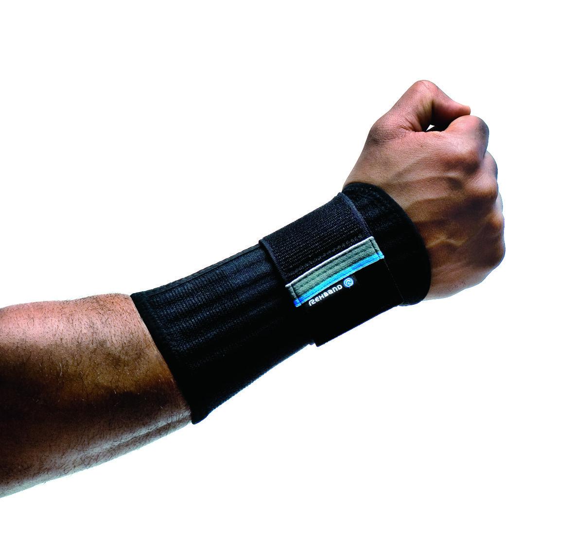 De Rehband polsbrace Open Grip 7711 stabiliseert het polsgewricht en biedt bescherming tegen pijnlijke bewegingen zonder de functies van de hand te beperken. Hierdoor is de brace ideaal voor golf, handbal en racket sporten.