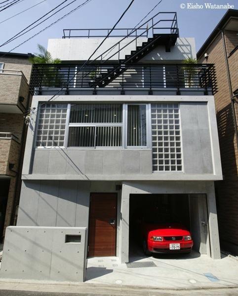 (撮影:Eisho Watanabe) 専門家:谷口智子が手掛けた、コンクリート打ち放しの外観(『I・K邸』コンパクト&機能満載の住まい)の詳細ページ。新築戸建、リフォーム、リノベーションの事例多数、SUVACO(スバコ)