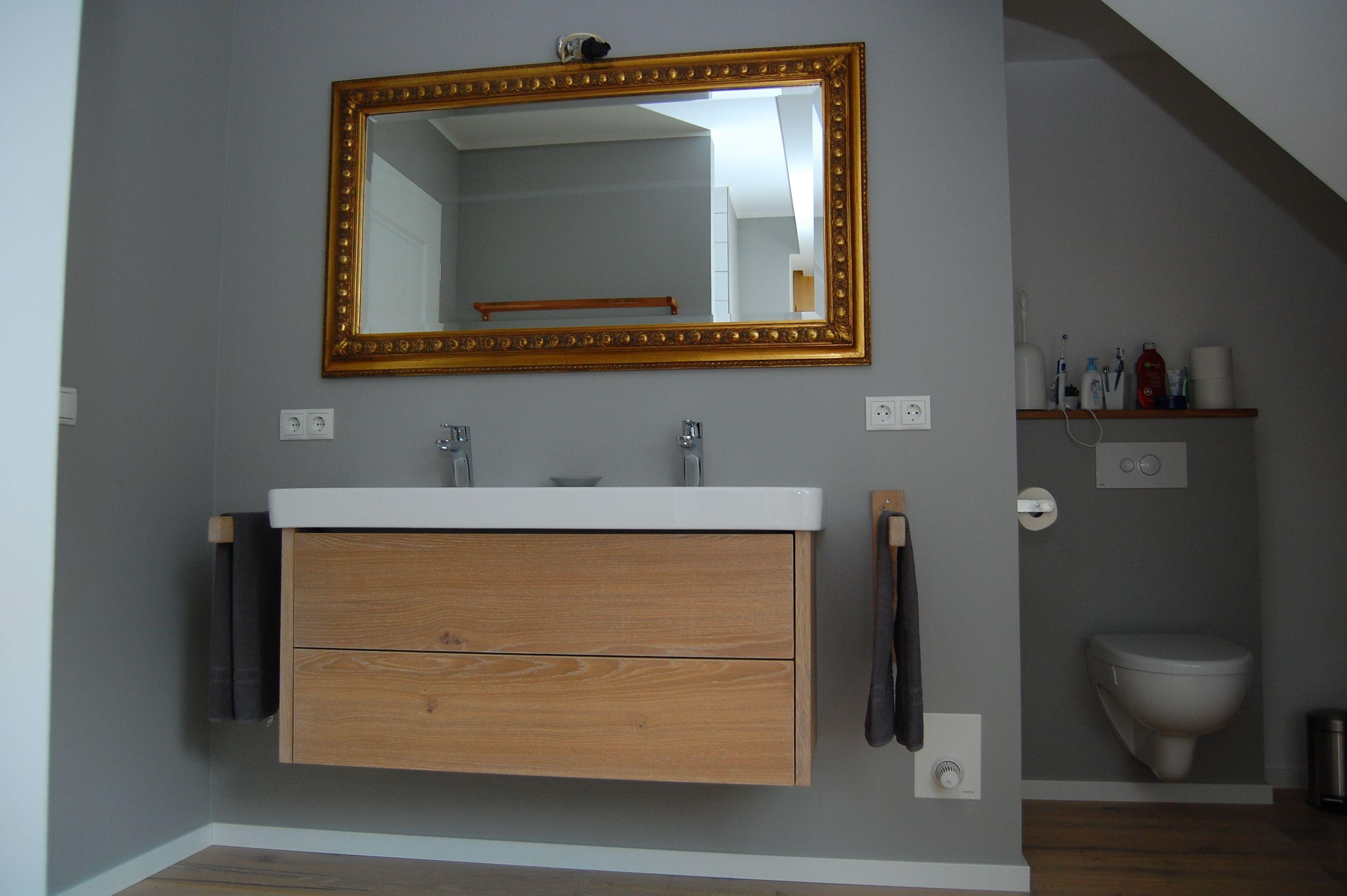 Ein Hangeschrank Aus Weiss Geolter Eiche Mit Zwei Schubladen Hangeschrank Tischlerei Badezimmer