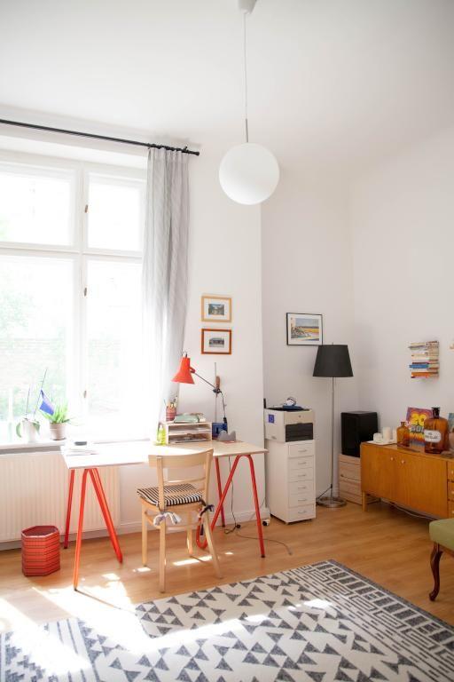 Heller Heimarbeitsplatz mit farbigen Akzenten, großem Fenster und - homeoffice einrichtung ideen interieur