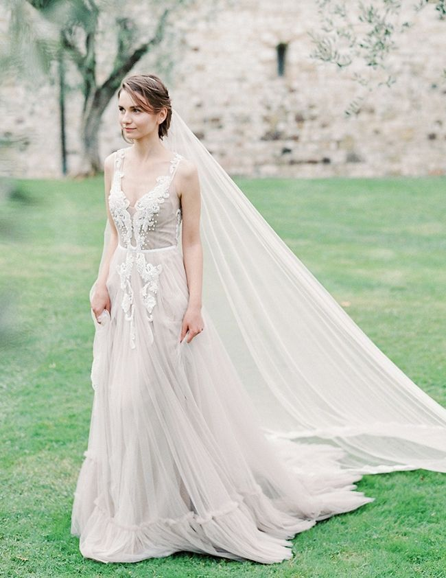 Dreamy Romantic Rara Avis Wedding Bloom Collection | Kleider