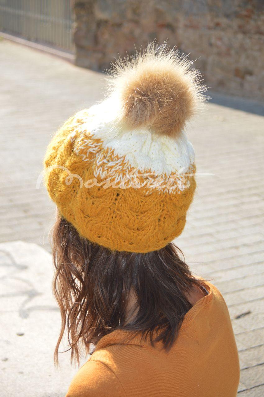 Gorro de lana en mostaza y blanco, con pompón de pelo marrón ...