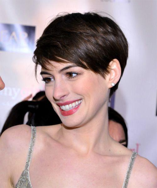 Styles Fur Kurze Haare Frauen Von Anne Hathaway Kurz Frisuren Mit Pony Frauenfrisur Com Frisuren Inspi Anne Hathaway Frisur Kurzhaarschnitt Haarschnitt Kurz