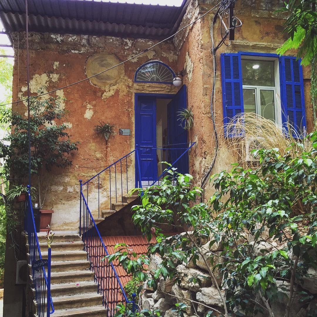 Entering g my first Arabic class at this adorable place  Minha escola de árabe não podia ser mais charmosa