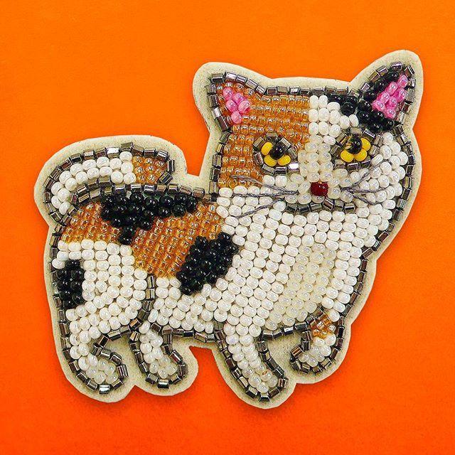 猫のピンブローチ q#cat #mIke #pin&brooches  #embroidery  #beading #bead #hautecouture #handmade #accessory #sequin #swarovski #art #school #lesson #cute #pretty #kawaii  #fashion #mode #style #ビーズ刺繍 #ハンドメイド #スパンコール #刺繍教室 #刺繍 #手芸 #お稽古 #オートクチュール #ファッション #三毛猫