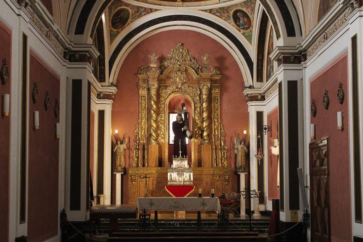altar mayor con la imagen de Jesús Nazareno