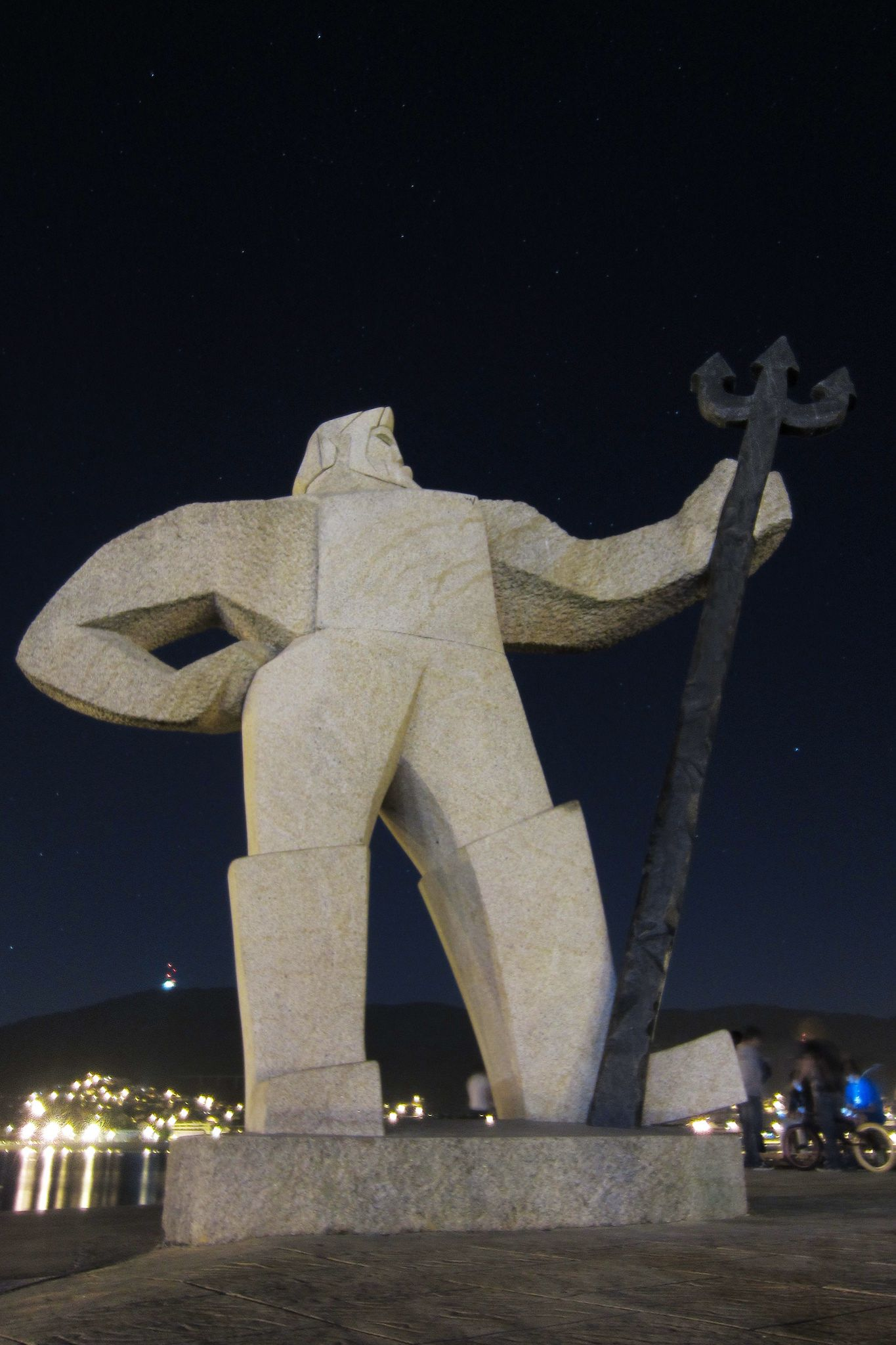 https://flic.kr/p/xefHpN | O Fisgón | Estatua que representa a un marinero dedicado a un arte de pesca conocido como fisga (el tridente) y que era típico de Moaña. Pero lo cierto es que también remite a una figura mitológica como la de Neptuno.