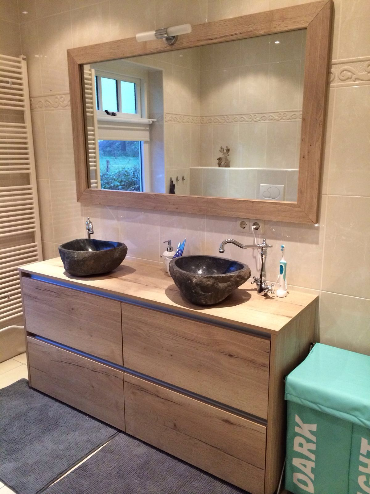 Set natuurstenen waskommen met klassieke messing wastafelkranen
