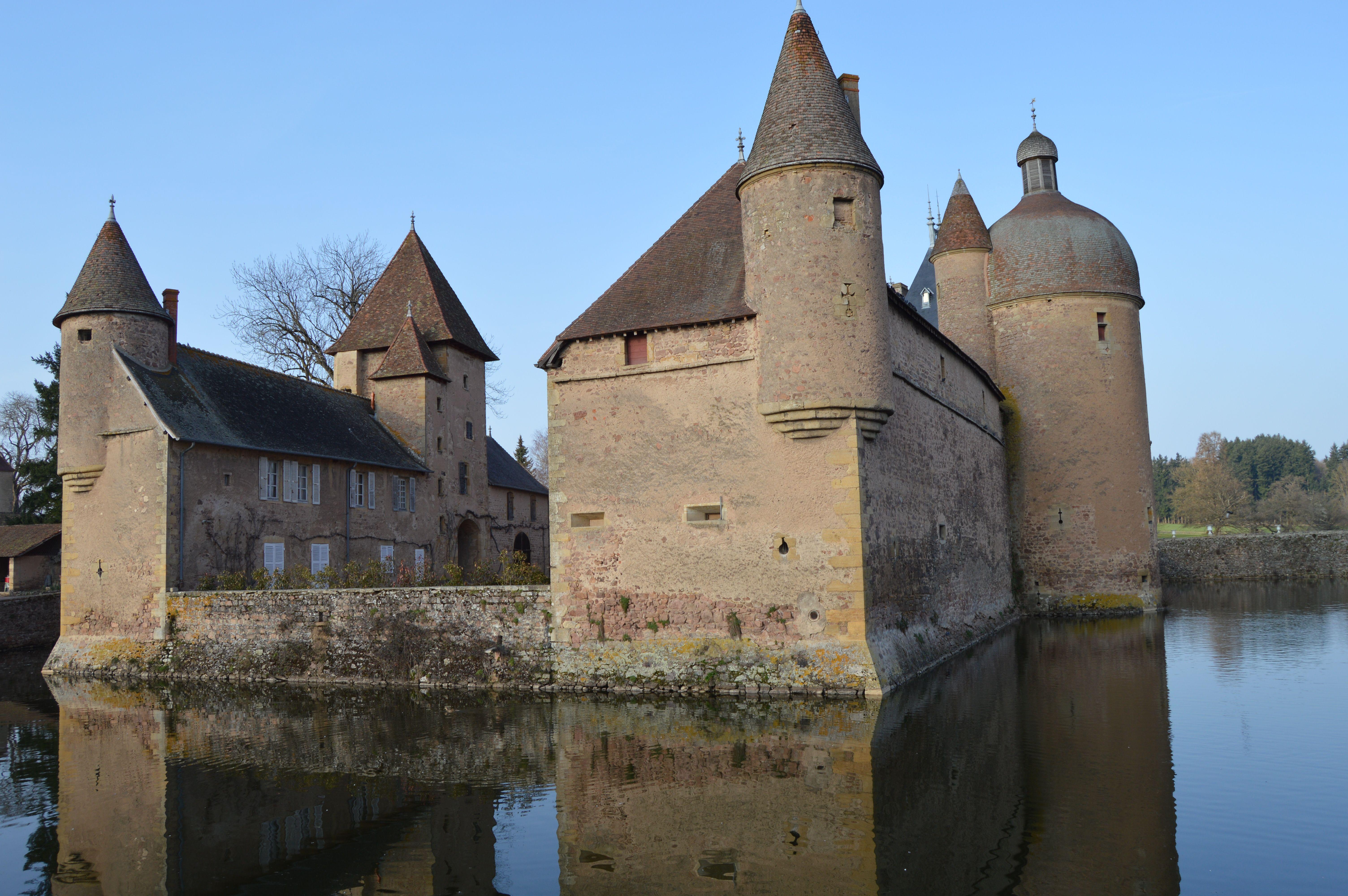 FRANCE - Saône-et-Loire : dans le Brionnais, le château de La ...