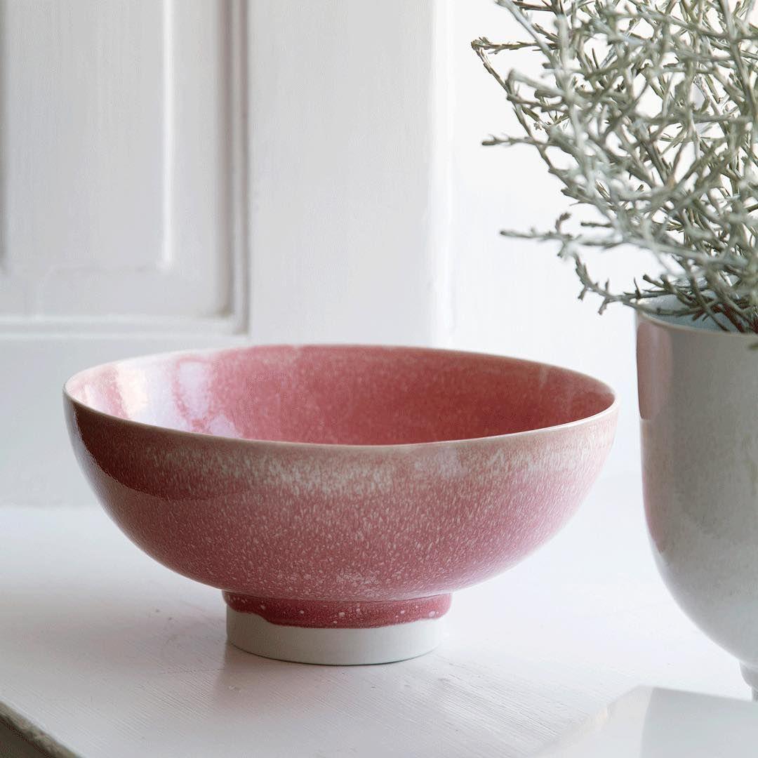 """""""Lad den unikke rosa Unico-skål være et moderne touch til din indretning. Skålen er dekoreret med en tung og farverig glasur, der skaber en spændende…"""""""