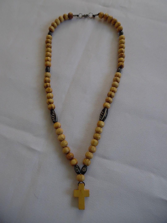 Collier homme, perles en bois de cyprès, os, et croix, café clair rayé et marron. : Bijoux pour hommes par crea-039-martine