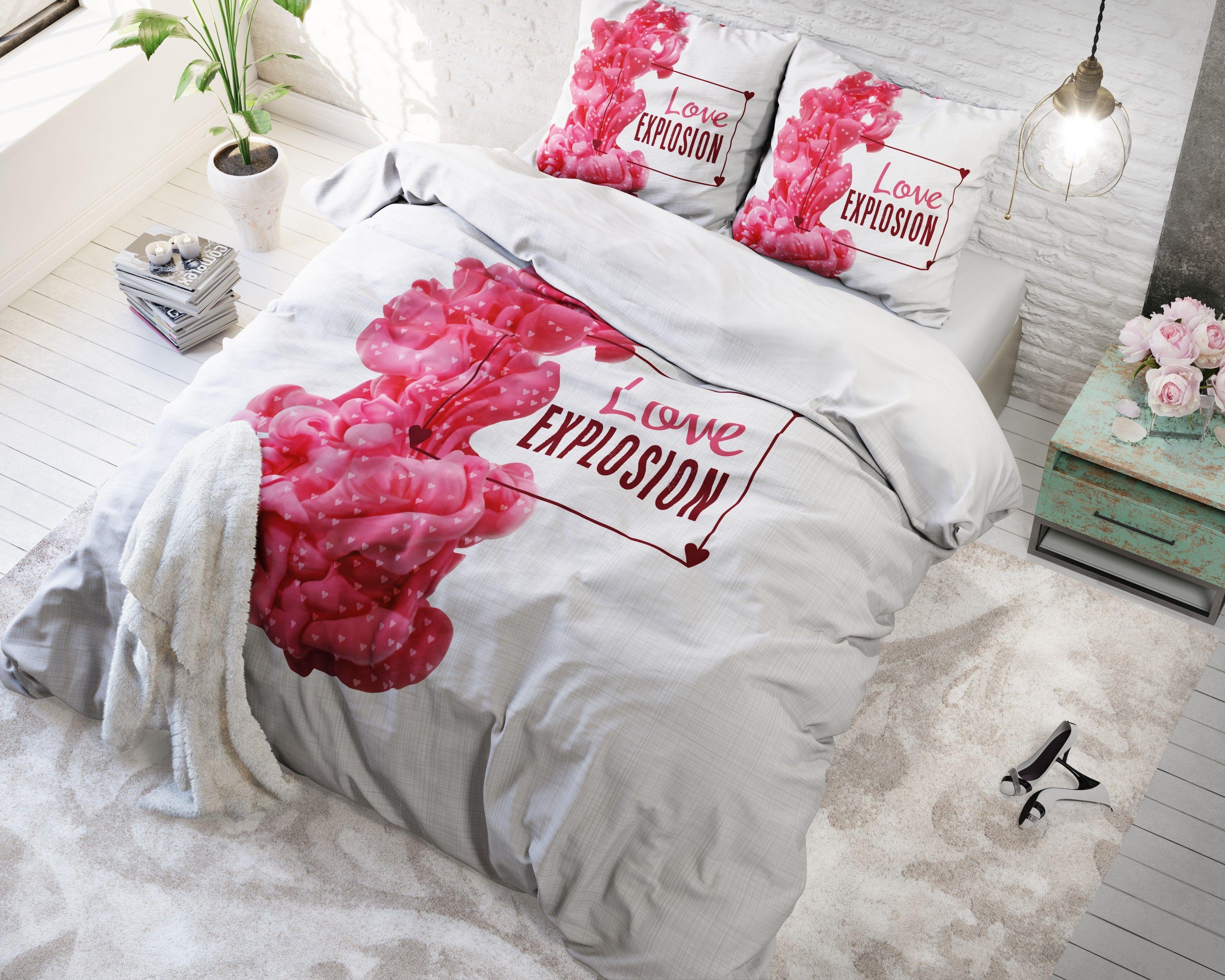 Geef je slaapkamer een romantische aankleding door middel van dit Sleeptime Essentials Love Explosion dekbedovertrek