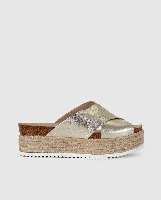 e58d8794ca2c3d Alpargatas planas de mujer Carvela de piel doradas Types Of Sandals