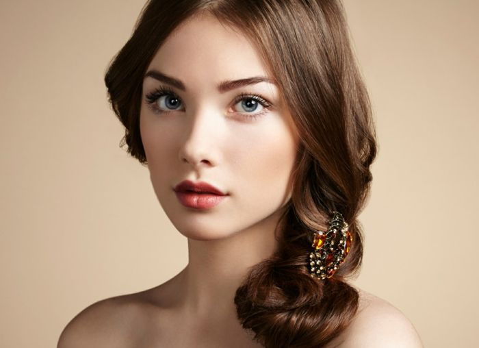 nat rliche schminke bildsch ne frau mit lockigen braunen haaren volle rote lippen blaue augen. Black Bedroom Furniture Sets. Home Design Ideas