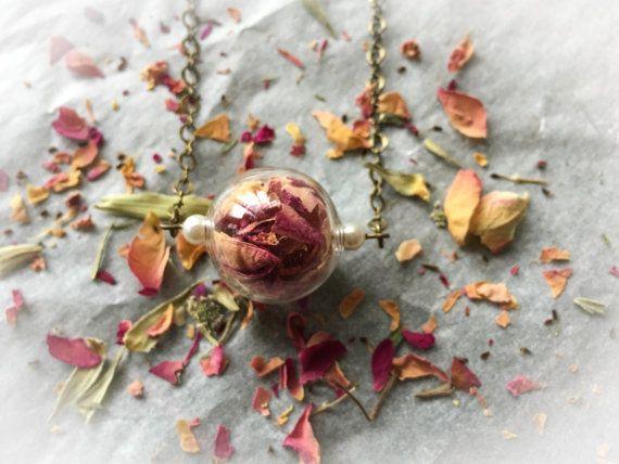 Collana di petali di rose rosa e ottone di LaBizarreEpoque su Etsy