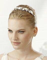 Pronovias+presents+its+T2-2552+bridal+headdress.+ +Pronovias