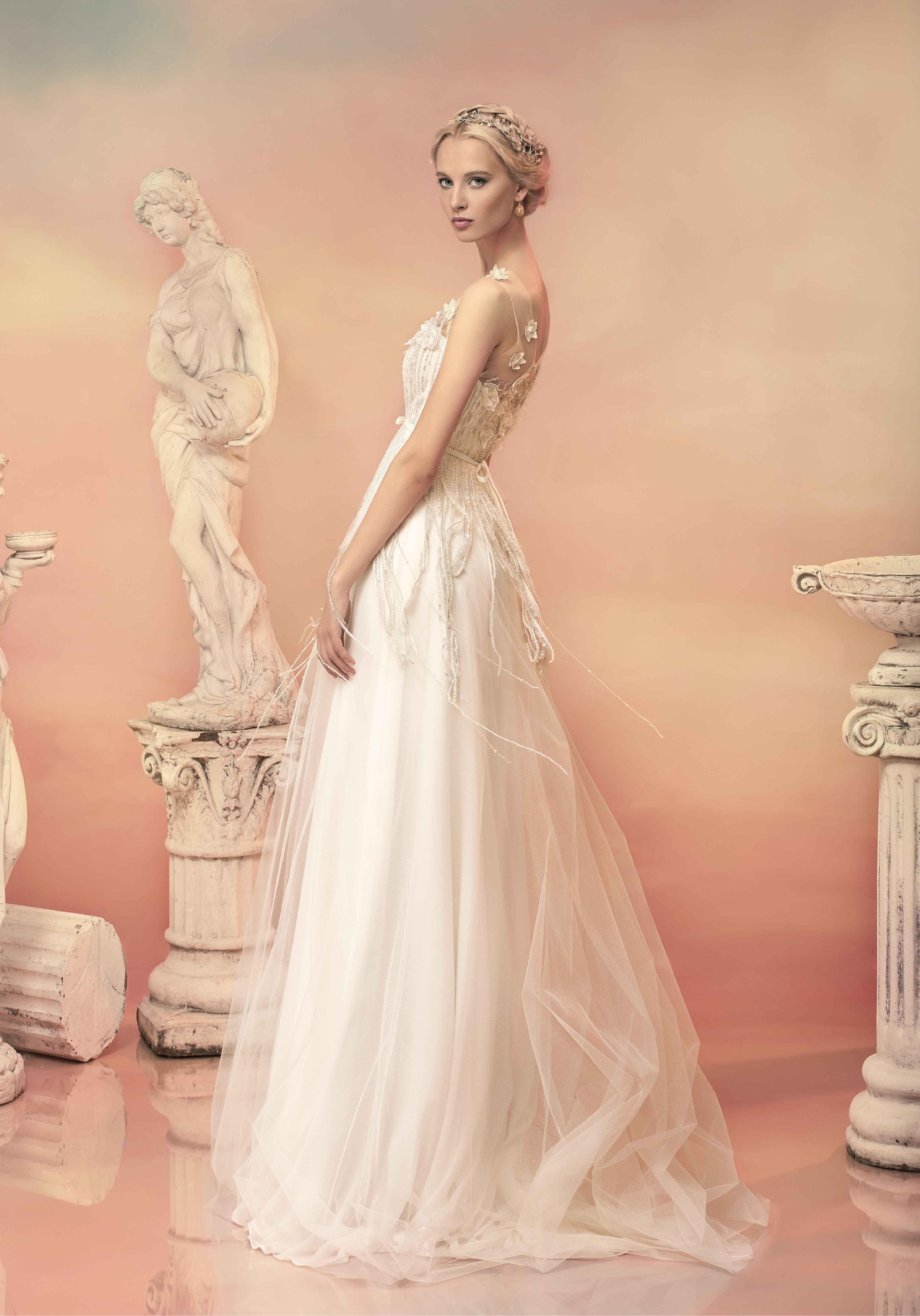 Wedding dresses in Empire style. Beauty and femininity