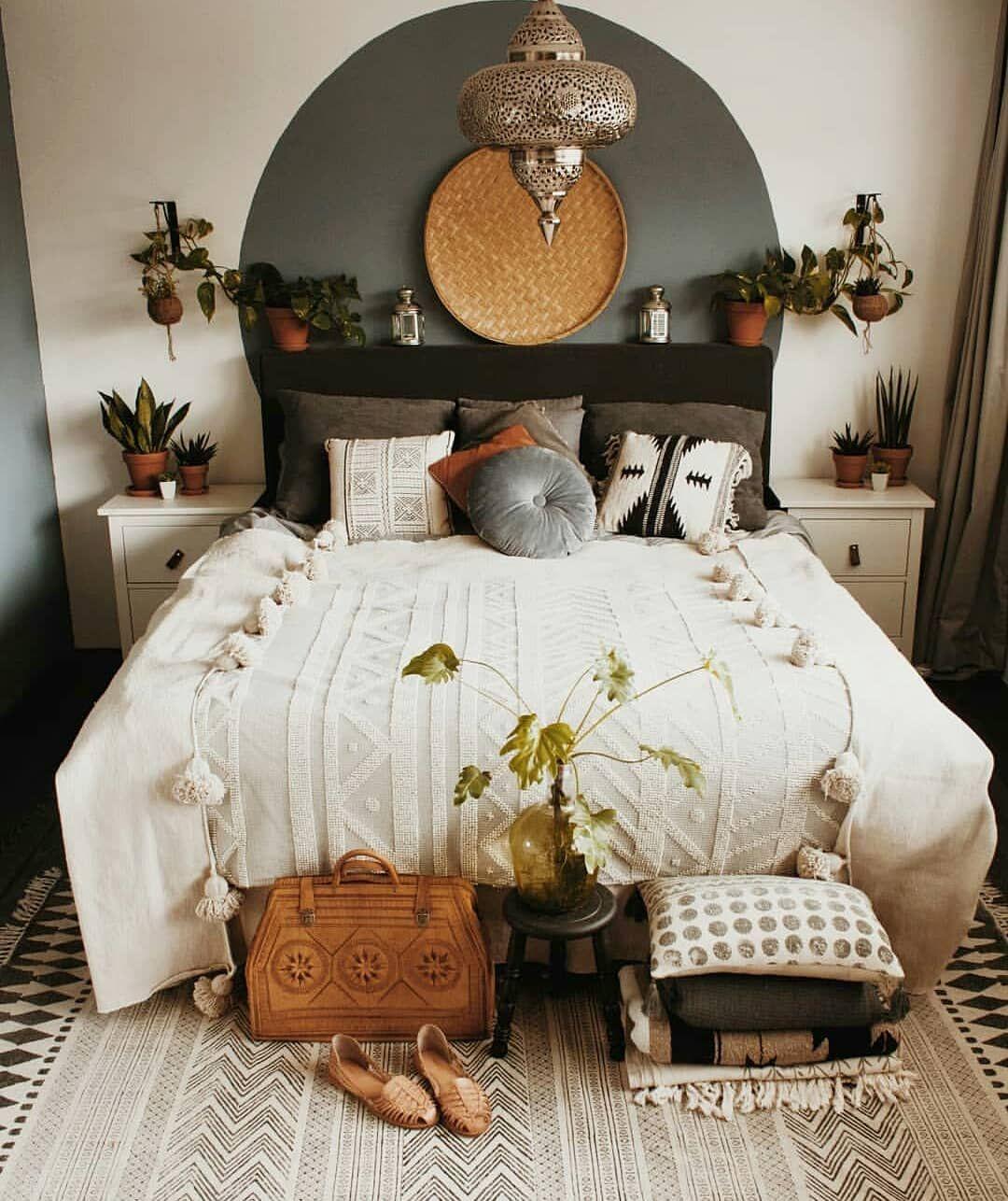 Like The Painted Circle Backboard Minimalist Bedroom Design