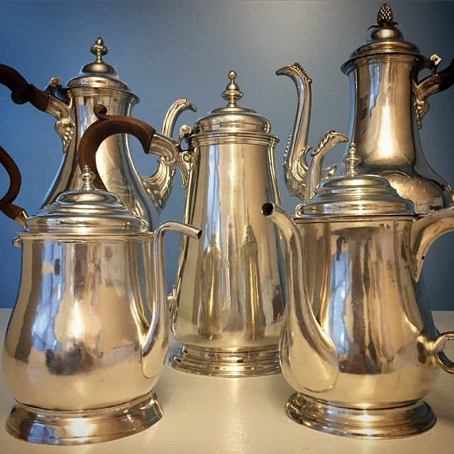 Time for a coffee break! ☕️☕️ The Collection of Roy & Ruth Nutt features the most comprehensive collection of early American silver ever to appear at auction. The 400+ pieces on offer this month in NYC include silver spanning from the 17th century to the present, offering a unique overview of American history. #AmericanaWeek #SothebysAmericana #SothebysSilver #silver #coffee