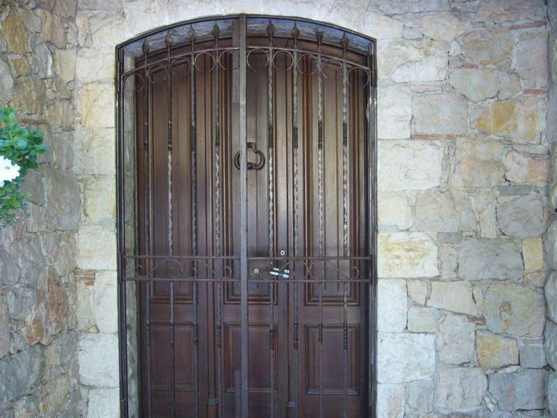 Nos mod les de grilles de portes et de fenetres en fer forg idees grilles de porte for Portes et fenetres en fer forge