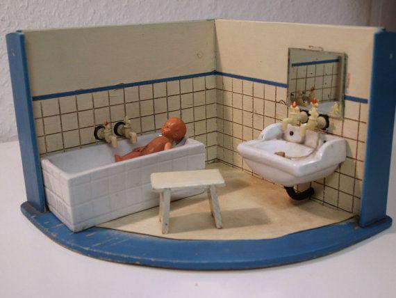 ancienne salle de bain de poup e avec baignoire et lavabo en porcelaine et divers accessoires. Black Bedroom Furniture Sets. Home Design Ideas