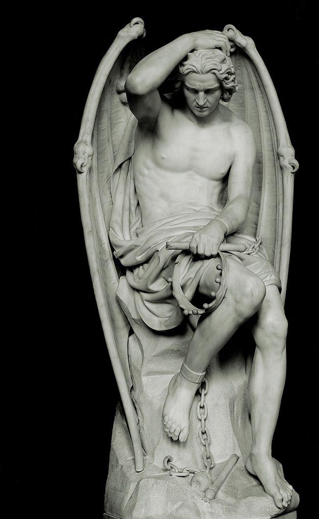 La bella escultura de Lucifer que habita en una catedral gótica