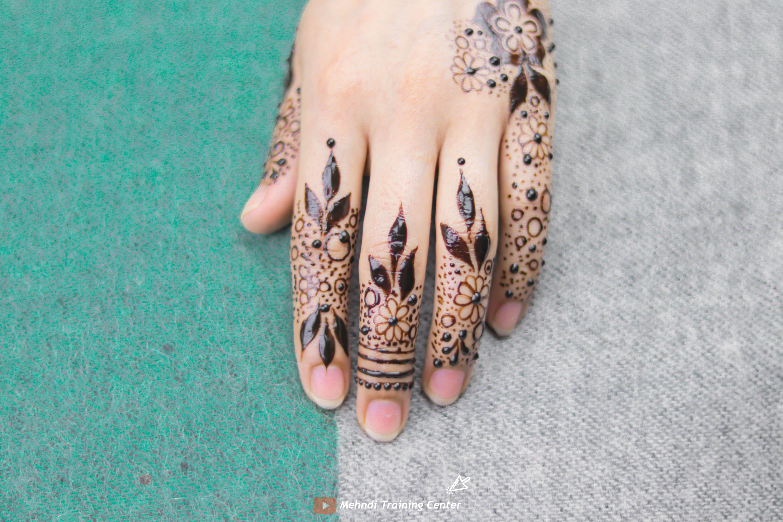 طريقة تطبيق الحناء في المنزل بسيطة تصميم حناء جميل جدا للفتيات العربيات الجميلات اجمل حناء Henna Hand Tattoo Hand Henna Hand Tattoos