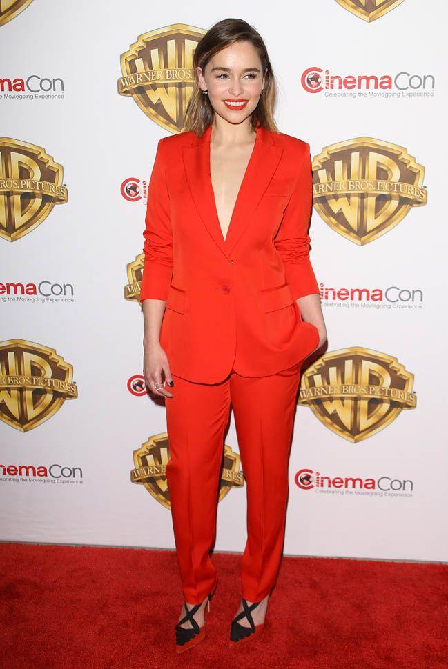 Emilia Clarke's red suit at CinemaCon | Ideias fashion ...