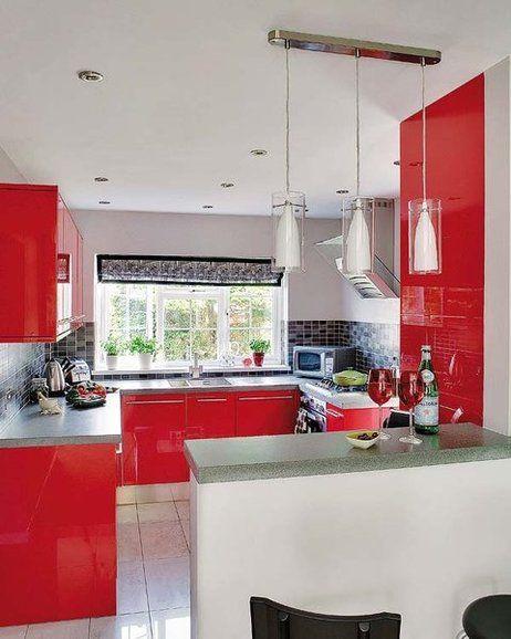 Una cocina de 9 m² en rojo y acero   Suelo gris, El color rojo y Suelos