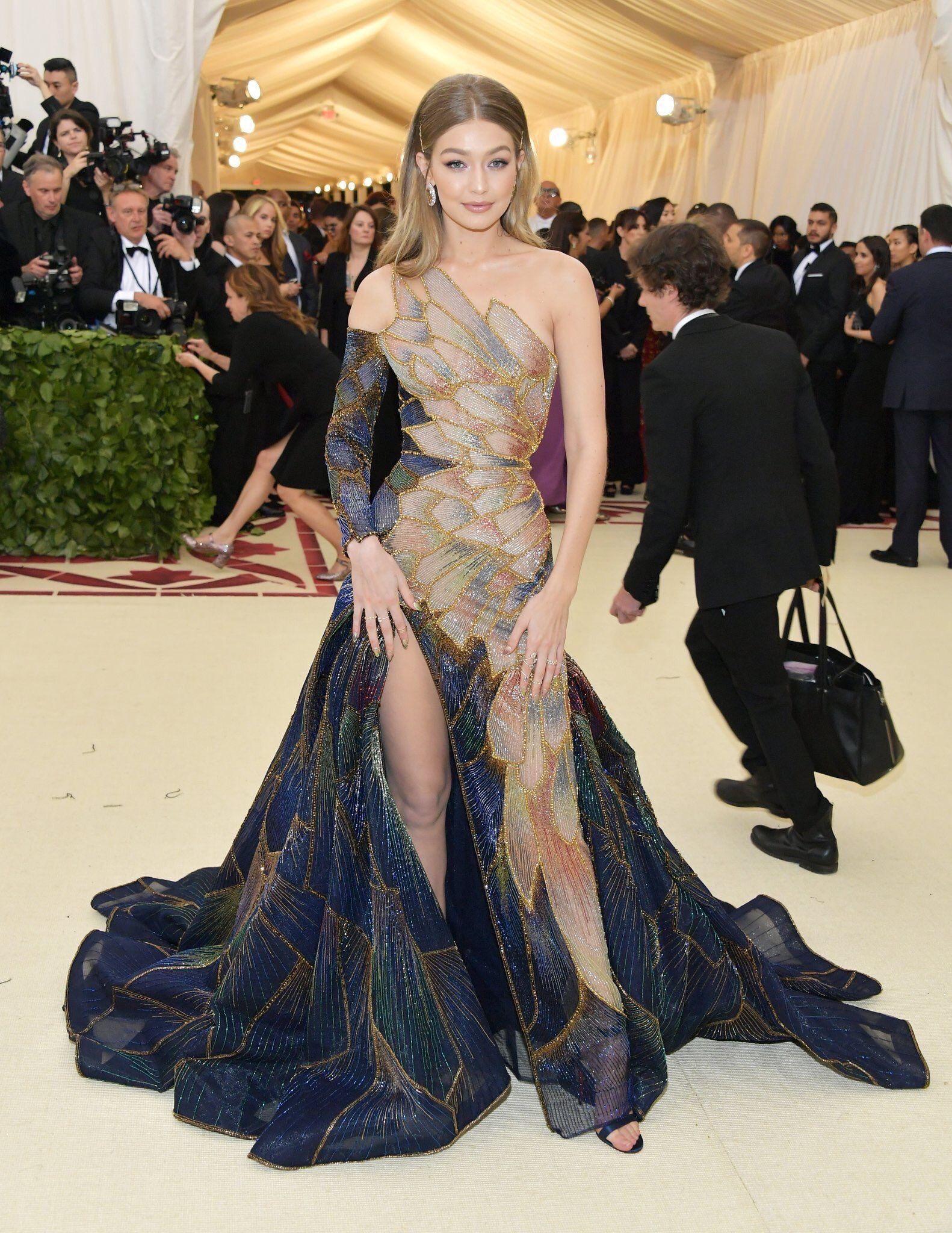 GIGI 18 MET GALA  Versace abendkleid, Coole kleider, Versace kleid