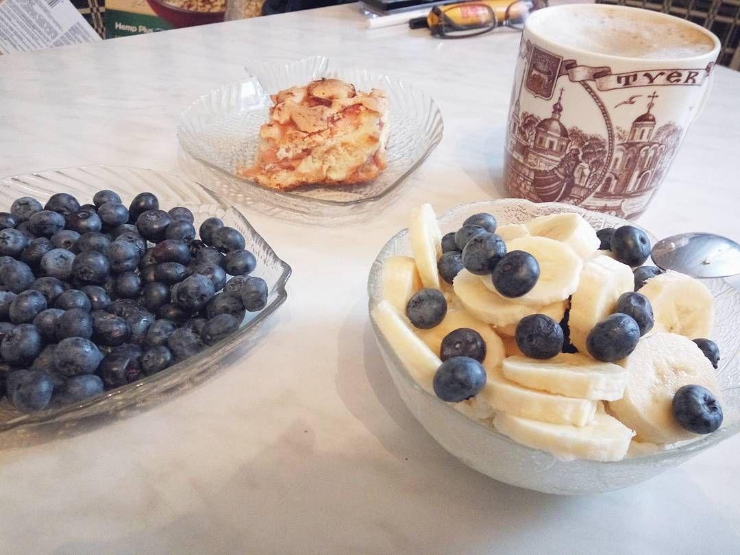 Давно не было красивых завтраков от меня так что натехотя уже время ужина  #foodporn #foodstagram #foodie #instafood #foodgasm #breakfast #banana #cottagecheese #blueberry #coffee #coffelovers #pie #applepie