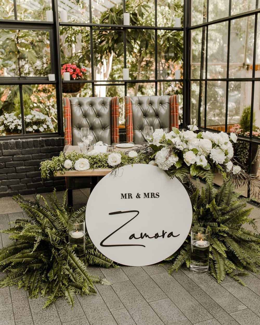Modern Sweetheart Table Idea In 2020 Green Bedroom Decor Floral Decor Wedding Decorations